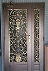 входные стальные двери в подъезд с элементами ковки
